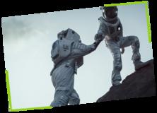 Zwei Astronauten die sich helfen